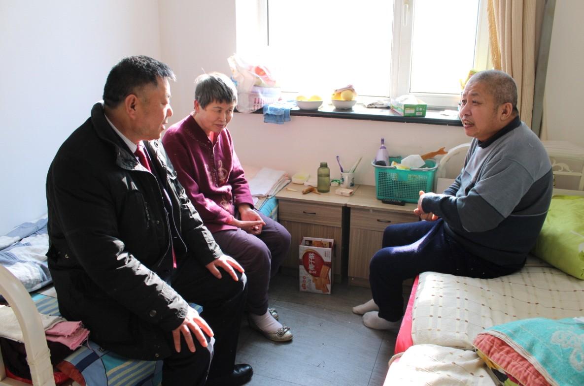 黑龙江省河南商会会长胡学文(左1)与王正旺迦南老年